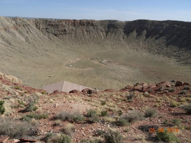 Метеоритный кратер под флагстафом.