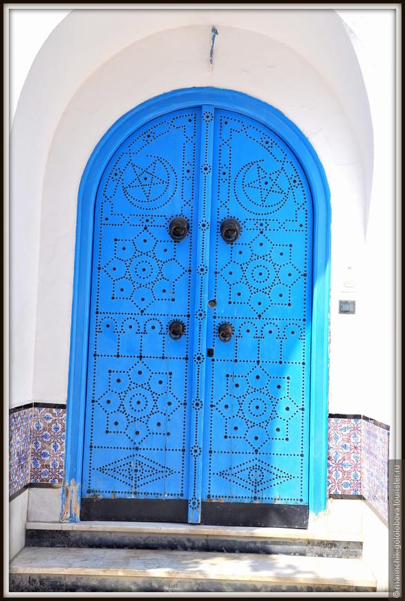 в 20-х годах XX века барон Рудольф д'Эрланже, побывав до этого в Греции, был так восхищен греческой архитектурой, что полностью перестроил город, придав ему сине-белые цвета.
