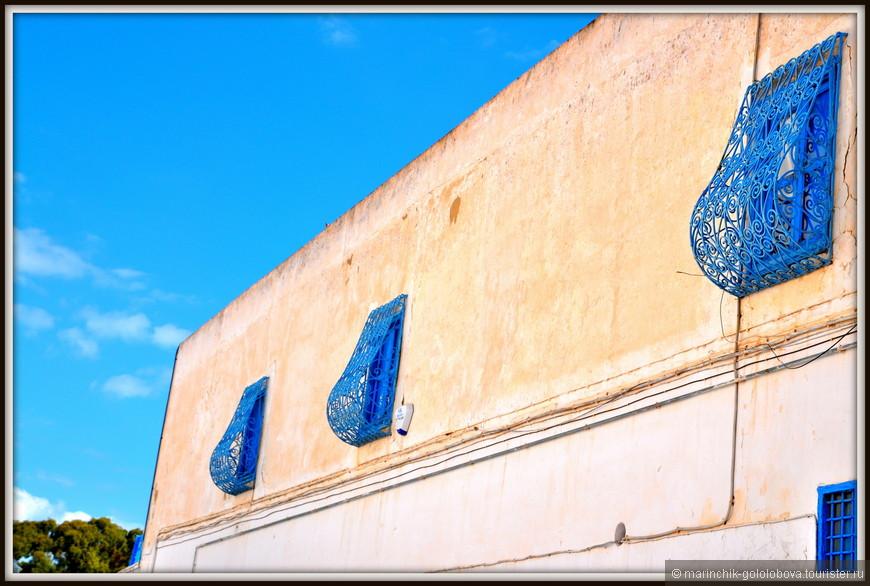 В результате все дома стали ослепительно-белыми, а двери и окна - голубыми. И по сей день действует закон, что дома в Сиди-бу-Саиде должны иметь именно бело-голубую расцветку.