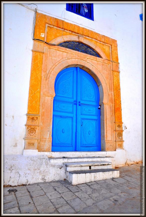 В 1915 году было принято постановление о защите деревни как национального памятника и обязательное использование бело-синих цветов.