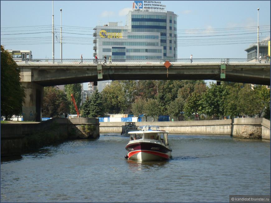 Про мосты (бывшие и ныне существующие), соединяющие исторические районы города  не написал только ленивый турист, посетивший Калининград. Но я-то не ленивый... Было семь мостов. Начали их строить в 13 веке. Лавочный (1286 г.), Зеленый (1322 г.), Рабочий (1377 г.), Кузнечный (1397г.) - ныне уже не существуют. Вместо первых трех в 1972 г. был построен  более функциональный Эстакадный мост. Вот он, на фотографии.    Три других - Деревянный, Высокий и Медовый - в том или ином виде существуют и сейчас. Но о них чуть позже.    Так вот, перед жителями и гостями Кенигсберга возникла загадка-задача: пройти по всем семи мостам, не ступив ни на один из них дважды. Решить эту задачу никто не смог. Даже  известный математик, Леонард Эйлер, специально занимавшийся этим. Справился с этой задачей не очень умный кайзер Вильгельм. В 1905 г. он приказал построить восьмой Императорский мост. А ларчик просто открывался. В годы войны мост был разрушен. Да и задача уже перестала быть интересной