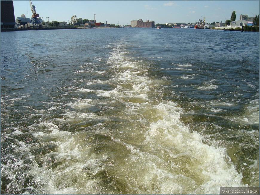 А вот и акватория Калининградского порта - единственного незамерзающего российского порта на Балтике. Датой образования порта является 20 июня 1945 года. Правда первое упоминание о гавани около Кенигсберга датируется 1339 г. Но это не важно... Без комментариев.