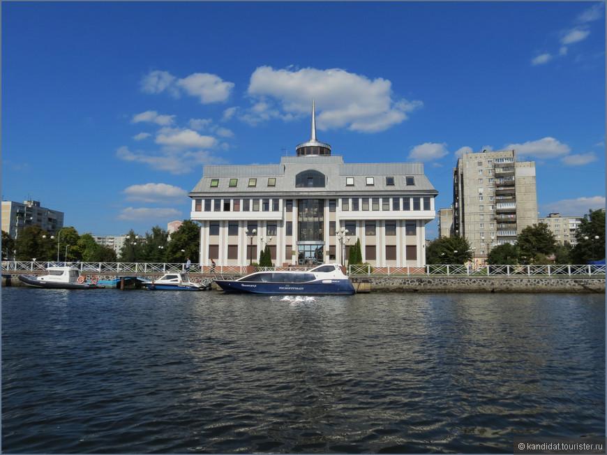 Здание администрации порта.