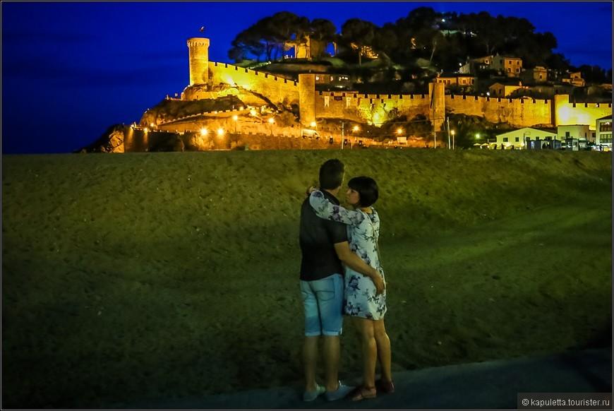 Вечерами Старый город (имя его Вила Велья) непрестанно притягивал взгляды. Как приятно  было сидеть  на берегу и смотреть...смотреть...