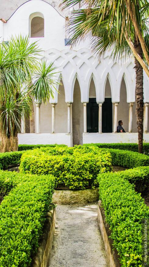 «Райский дворик» - Киостро дель Парадизо, который в действительности является кладбищем. Оно было основано в 13-м веке для знатных жителей Амальфи, а сегодня считается одним из архитектурных шедевров южной Италии. Двор кладбища, засаженный пальмами и цветами, украшен изящными переплетающимися арками в арабо-византийском стиле.