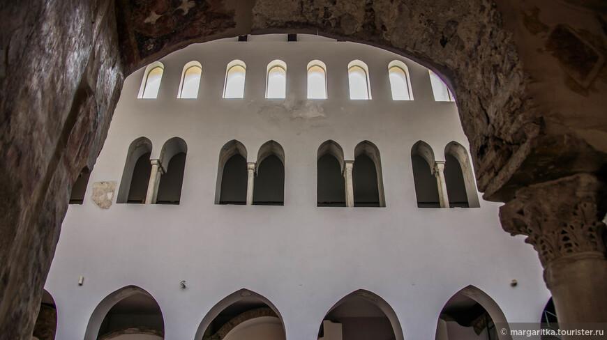 В конце Киостро дель Парадизо находится часовня, которая ведет в другую, более древнюю базилику 9-го века, выполненную в романском стиле. Последняя, носящая название Базилики Распятия, состоит из центрального нефа, двух проходов и высокой апсиды.