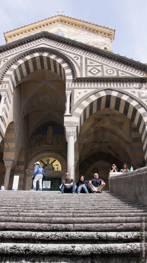 Фасаду предшествует неоготический портик, соединяющий собор с колокольней, Райским двором и церковью-капеллой распятия.