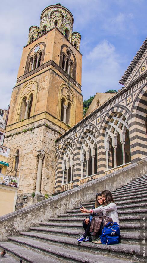 К собору поднимается широкая монументальная лестница в высоту из 62 ступеней.