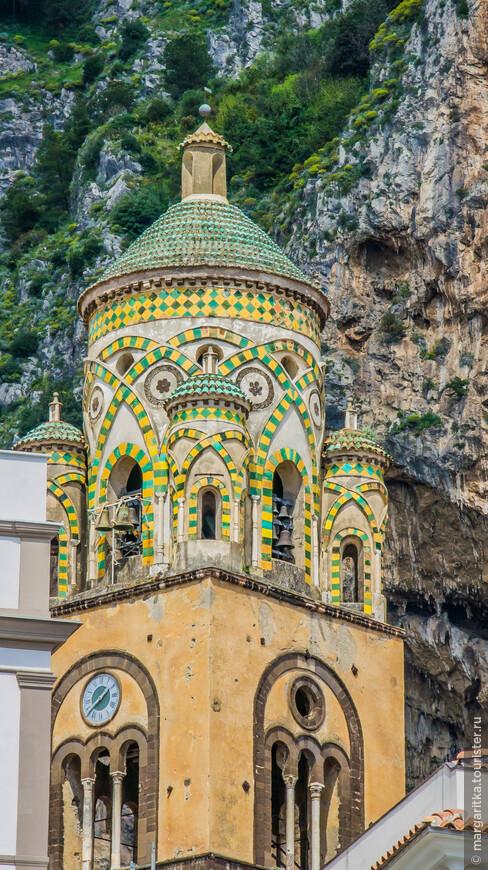 Колокольная башня с колоколом стоит на романском фундаменте восходит к 12-13 векам. Её строительство было начато в 1180 году и было закончено спустя почти 100 лет - в 1276 году В башне открываются бифоры и трифоры. Башня украшена переплетением арок на арабский манер, что типично для южно-итальянской разновидности романского стиля - круглым центром, окруженным четырьмя меньшими куполами. Самый верхний ярус искусно выполнен в арабо-норманнском стиле и украшен желто-зеленым мозаичным орнаментом в технике майолики.