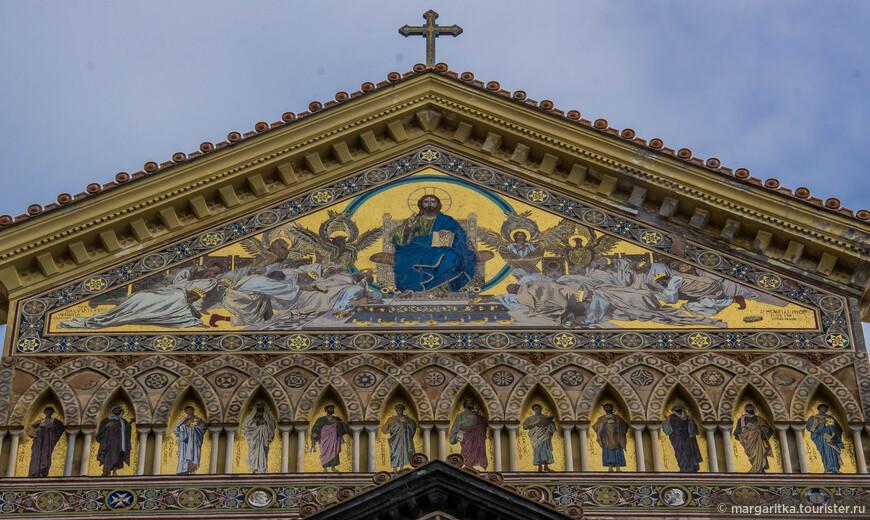 Мозаичный фасад украшен как аркадами с геометрическим орнаментом, так и фигурами Весдержителя с12 апостолами. В 1891 году фасад собора пострадал при землетрясении. Нынешний фасад - копия фасада собора XIII века. Фасад был реконструирован в 19-м веке. Он был построен в неоготическом стиле архитектором Эррико Альвино, после обрушения старого обветшалого фасада собора (1861).