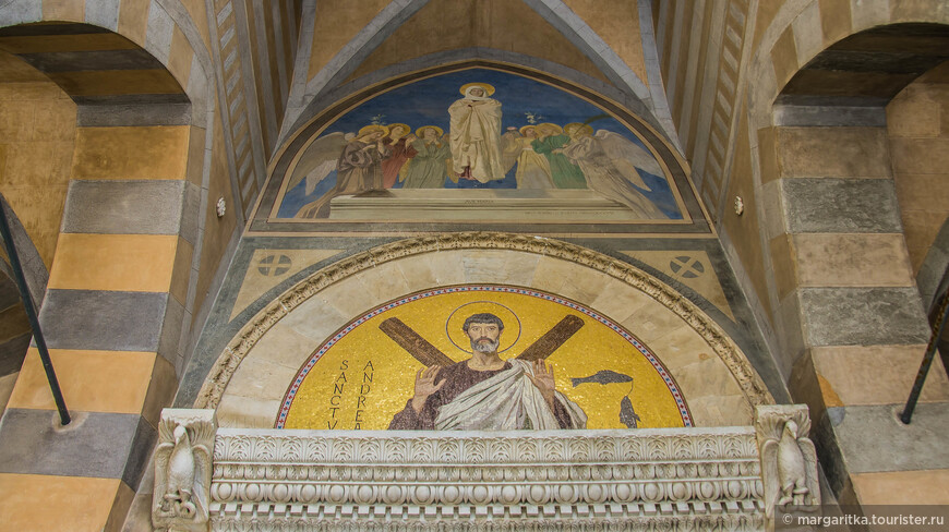 Люнет над входом в собор расписан Доменико Морелли и Паоло Ветри (19 век)
