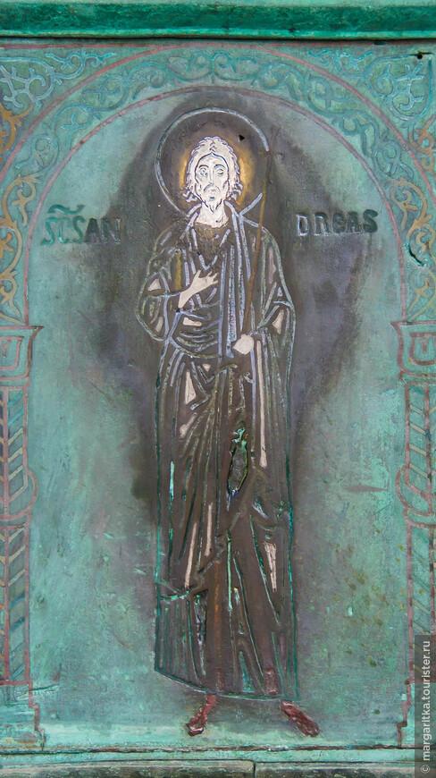 Эти бронзовые двери - главные двери собора. Они украшены серебряными инкрустациями с изображениями Христа, Девы Марии и святых.