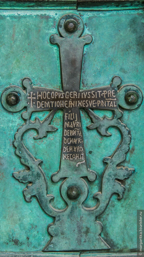 инсталяции на главных дверях храма