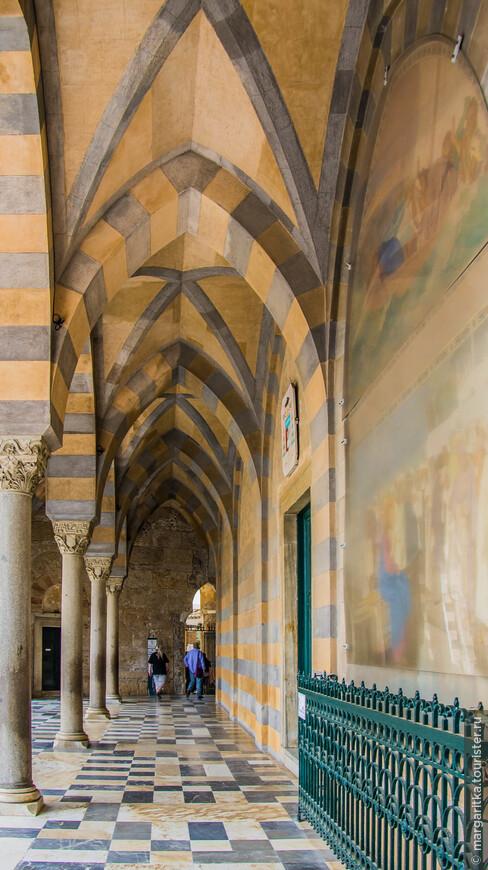 Грандиозное здание было построено в 11-м веке в уникальном норманно-византийском стиле, а в последующие столетия было дополнено элементами готики и барокко. Эта колоннада в восточном стиле ведет ко входу во внутренние дворики собора, к осмотру его древнейших составлюящих и в музей собора