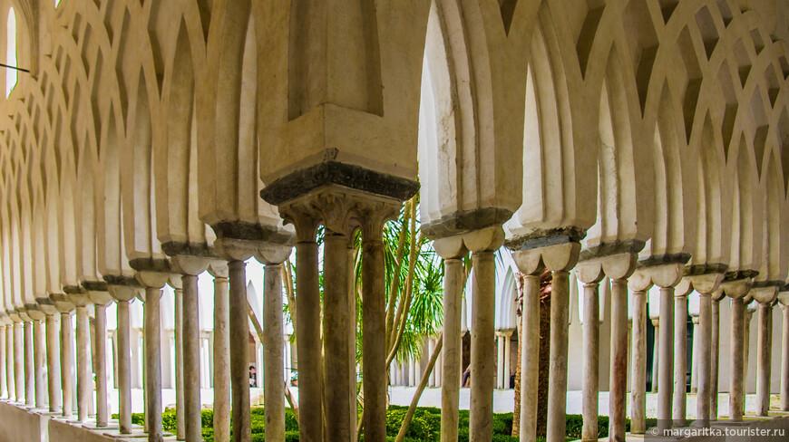 Райский двор – настоящий уголок Востока. Двор обрамлён галереей, представляющей собой квадрипортик. Стрельчатые арки, отделанные резьбой в арабо-норманнском стиле, опираются на изящные сдвоенные колонны. Двор был построен в 1266-68 годах.