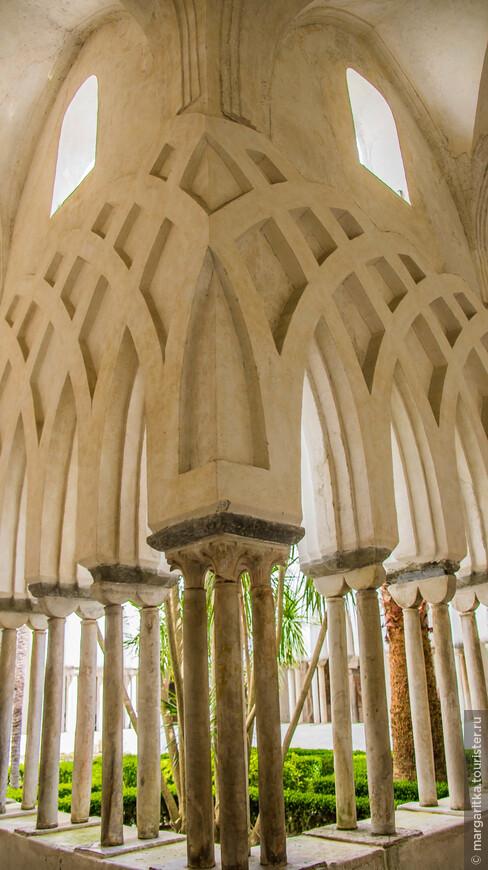 «Райский дворик» является одним из наиболее ценных архитектурных сокровищ южной Италии. Его наполненный цветами и пальмами квадратный двор оформлен сериями исключительно тонких, переплетающихся арок, подпираемых изящными двойными колоннами в стиле, сочетающем византийские и арабские элементы.