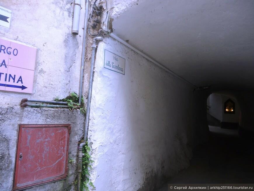 Некоторые улицы переходят в своды с потолками