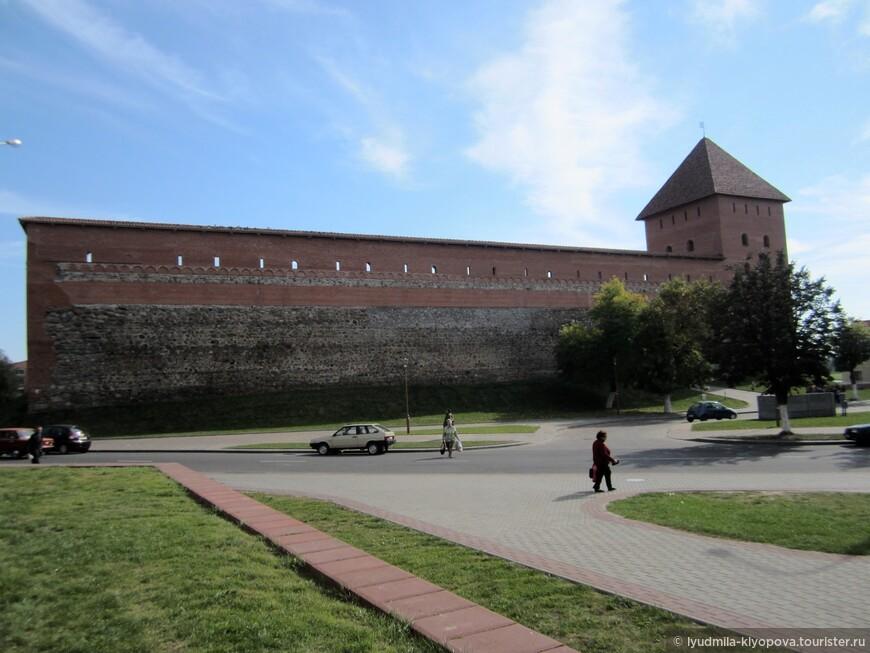 Для спасения горожан от набегов татар и тевтонских рыцарей в 1323 году в слиянии двух рек — Лидеи и сейчас почти исчезнувшей Каменки — на насыпном холме Великим Князем Литовским Гедимином был заложен Лидский замок.