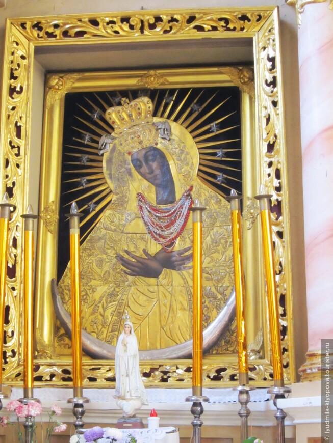 В одной из боковых капелл левого нефа находится почитаемый местными католиками образ Богоматери Розария. Католики делают своим иконам подарки – кольца и ожерелья.