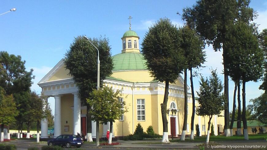 Кафедральный собор св. Михаила Архангела (1797–1825). До него на этом месте стояла небольшая церквушка. Затем, при расширении монастыря пиаров, церковь снесли, а на её месте в 1818 начали возводить католический собор Св. Иосифа. Он был освещён в 1825, но 1848 году сгорел, а в 1863 году был восстановлен и освещён как православный собор Св Архангела Михаила. С 1866 по 1919 годы в соборе служил протоиерей Иосиф Иосифович Коялович, погибший при службе от фанатично настроенных римо-католиков. Это храм-ротонда с полусферичным куполом. Рядом с храмом стоит одноярусная колокольня. За самой ротондой расположилась двухэтажная сакрестия. 1919 году собор переосвятили в костёл, а в 1939 году закрыли, а в 1996 году вернули церкви.