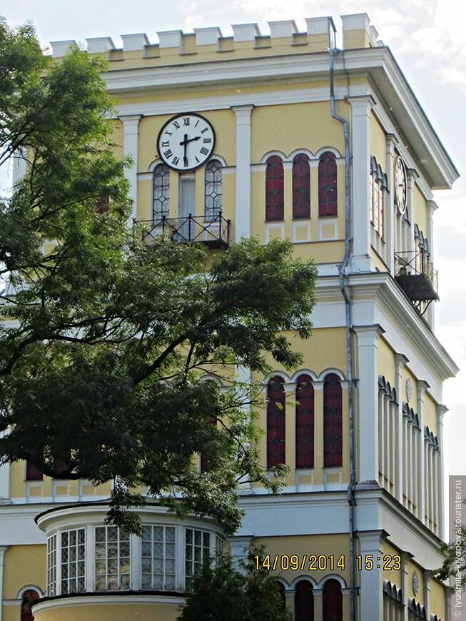 В 1834 году дворец за 800 тысяч рублей был выкуплен известным русским полководцем И.Ф. Паскевичем. При нём в 1837—1851 годах под руководством польского архитектора Адама Идзковского была осуществлена реконструкция дворца и разбит великолепный парк. Южный флигель дворца был разобран до основания — на его месте Идзиковский возвёл четырёхэтажную башню (1850–1851). Башня высотой 32 м имела часовой механизм на последнем этаже, а также веранду с балконом. Это сооружение создавалось как личная резиденция Паскевича. Здесь располагалась библиотека хозяина дома, хранилась богатая коллекция произведений искусства.