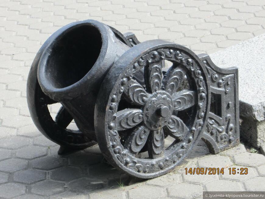 Такие маленькие пушки оформляют пандус у входа во дворец.