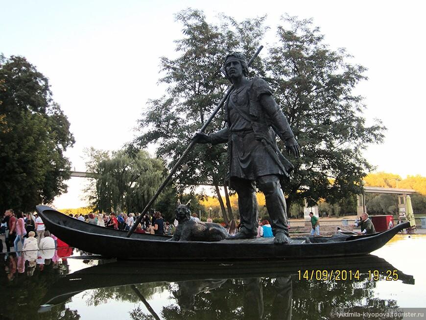 На Киевском спуске Гомельского парка расположена бронзовая скульптурная композиция «Лодочник» в виде человека, стоящего в лодке, рядом с которым сидит рысь. Эта скульптура символизирует первого человека-гомельчанина, приплывшего в эти места.