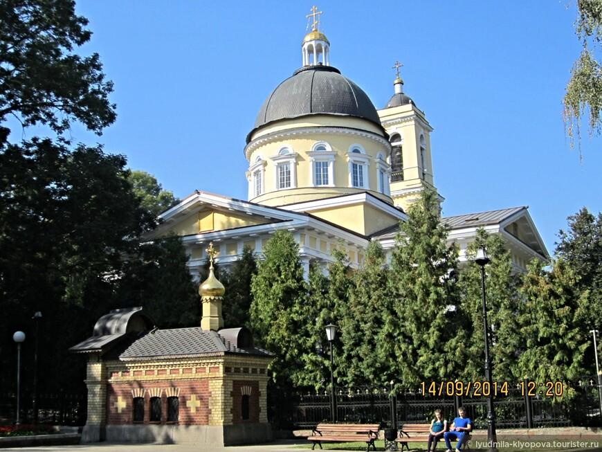 Петропавловский собор заложен протоиереем Иоанном Григоровичем 18 октября 1809 года во владении Н.П. Румянцева, строился в 1809—1819 гг. (архитектор — Дж. Кларк).