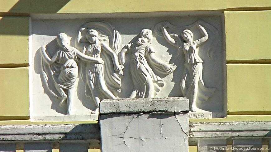 Один из двух барельефов на фасаде охотничьего домика