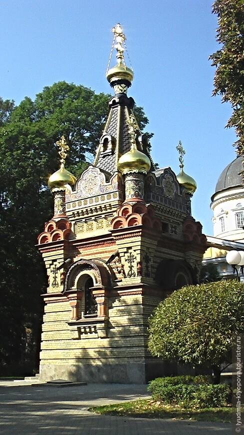 Часовня в псевдорусском стиле рядом с усыпальницей Паскевичей  построена в 1870–1889 гг. Фёдором Ивановичем Паскевичем