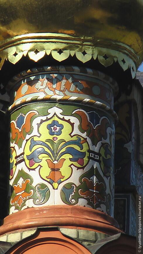 Расписные изразцы на барабане купола