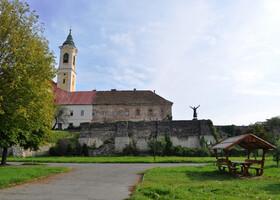 Здесь был монастырь францисканцев, построенный в XVIII веке на месте крепости, разрушенной во время войн с турками.