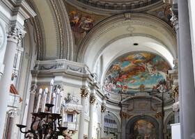 Это один из самых больших соборов Венгрии. Внутренний интерьер украшен фресками и богатым скульптурным декором. Но рассмотреть в этот день внутри ни в одну церковь города нам не удалось. Войти было можно, а дальше - ограда. Так что, что смогла через стекло или решетку.