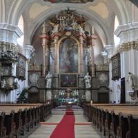 В церкви великолепный алтарь.