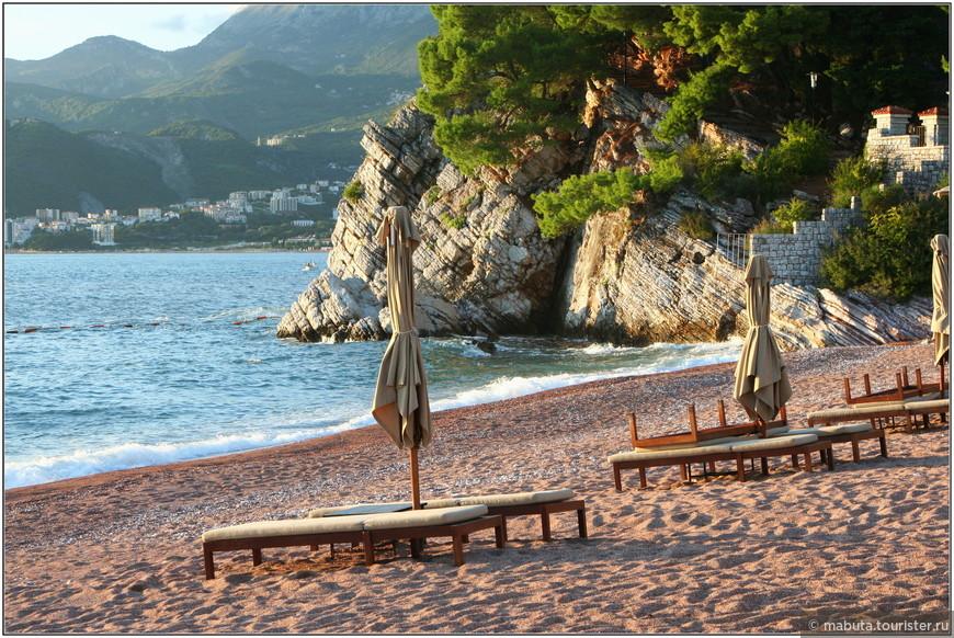 Пляж Свети-Стефана в закатных лучах солнца.