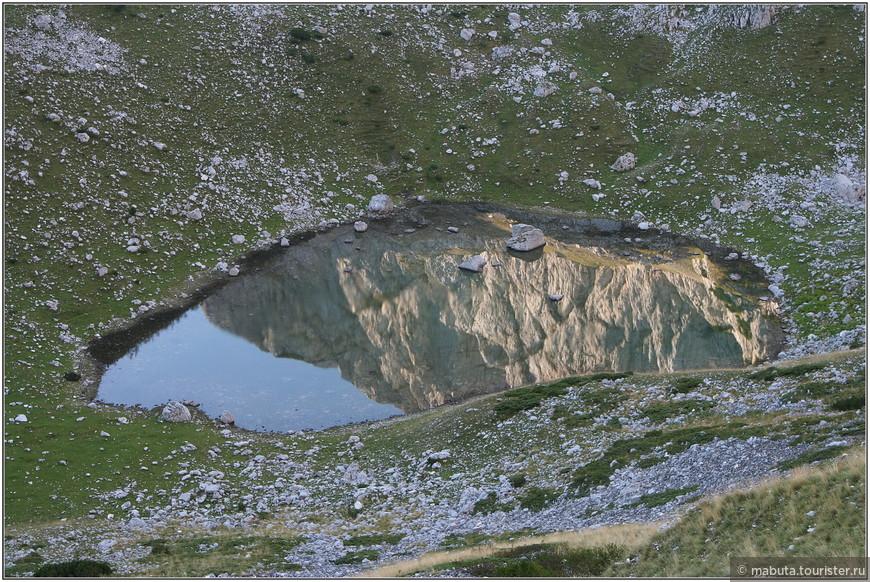 Озерное око в горах.