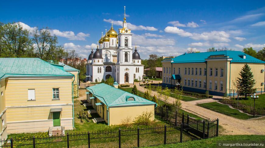 Центральное место в Дмитровском Кремле занимает Успенский собор, построенный в 1509 – 1533 годах, перестраивался в 17-19вв.