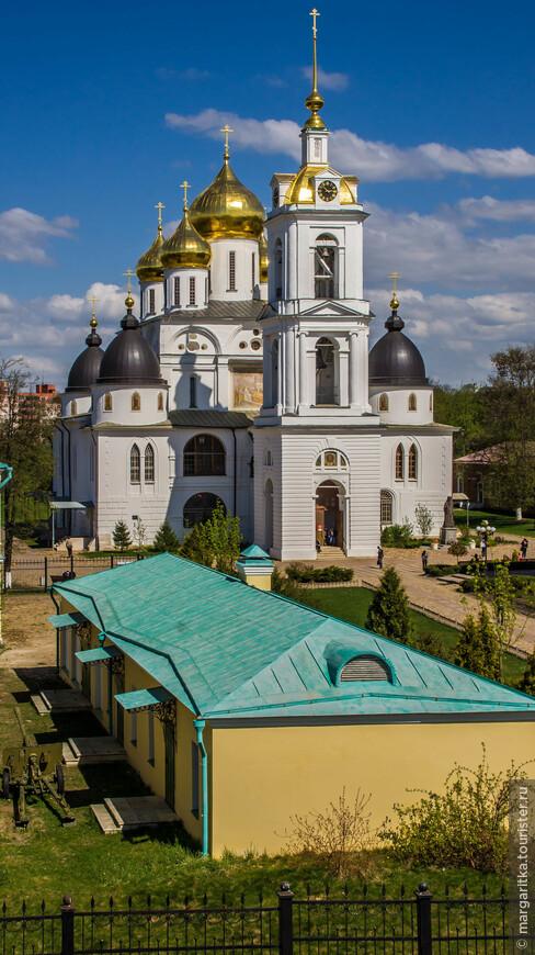 Сегодня посреди Дмитровского кремля возвышается собор, максимально близкий по виду к тому, который встретил мрачный для себя, но уже прошедший двадцатый век…