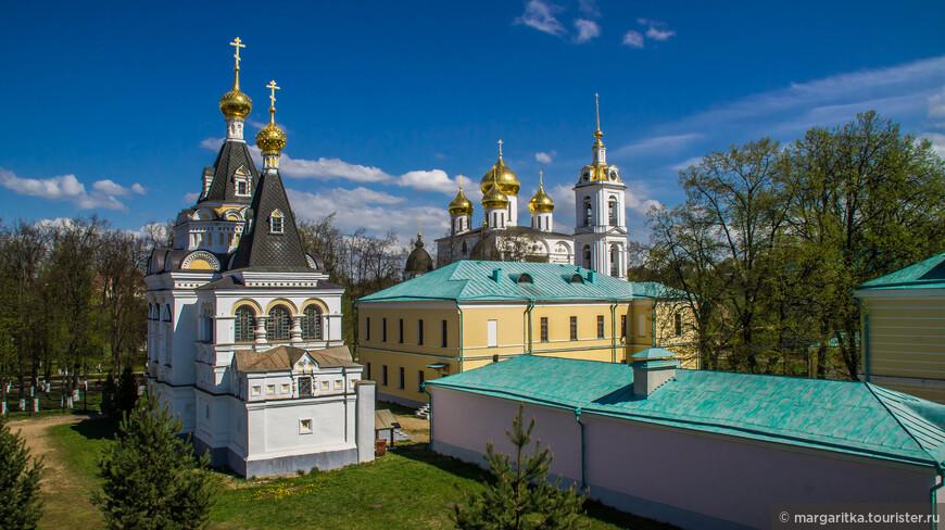 Внутри вала также находятся: Елизаветинская церковь 1898г., здание бывшей женской гимназии нач. XIX в, гражданские постройки 19в.