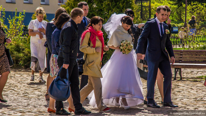 все дорожки в Кремле выложены брусчаткой, что вообщем-то создает именно невестам определенные трудности при хотьбе в нарядной обуви