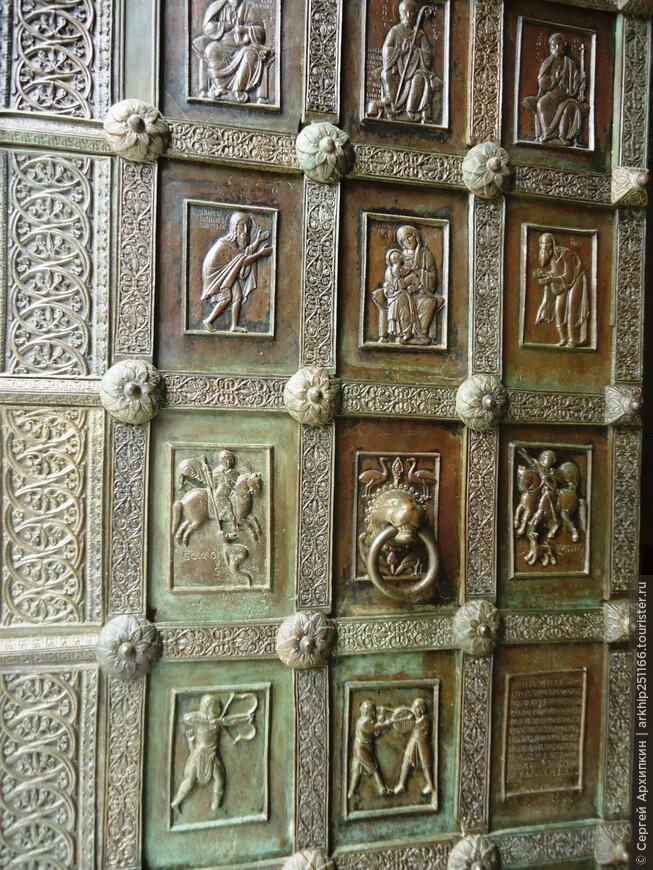 На фото знаменитые ворота созданные в Константинополе в 12 веке,.