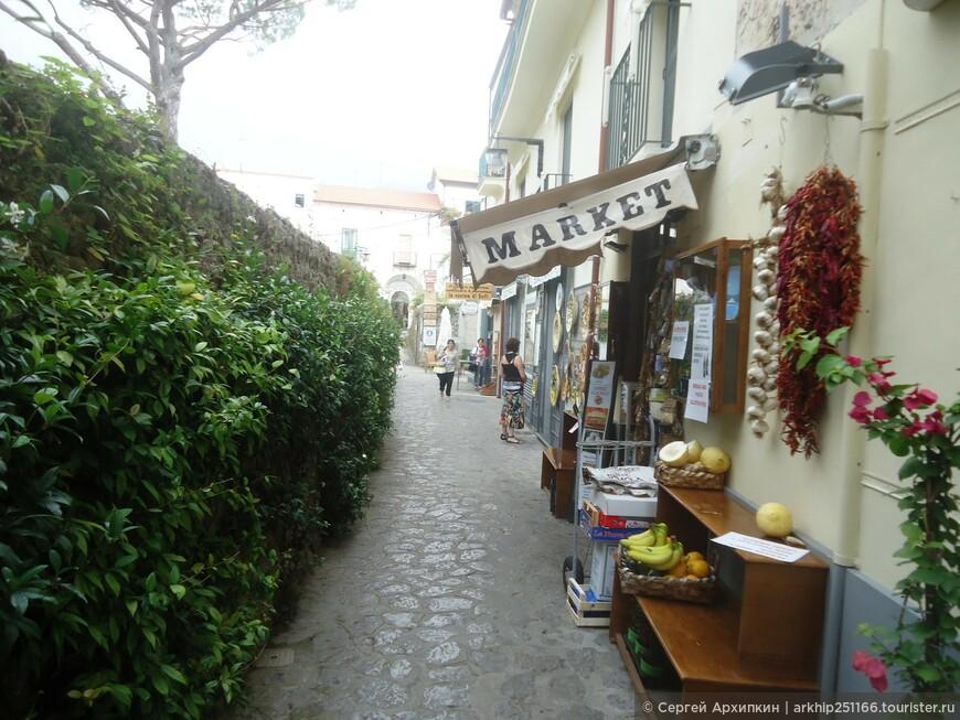 Недалеко от кафедрального собора есть минимаркет, где можно купить продукты и вино
