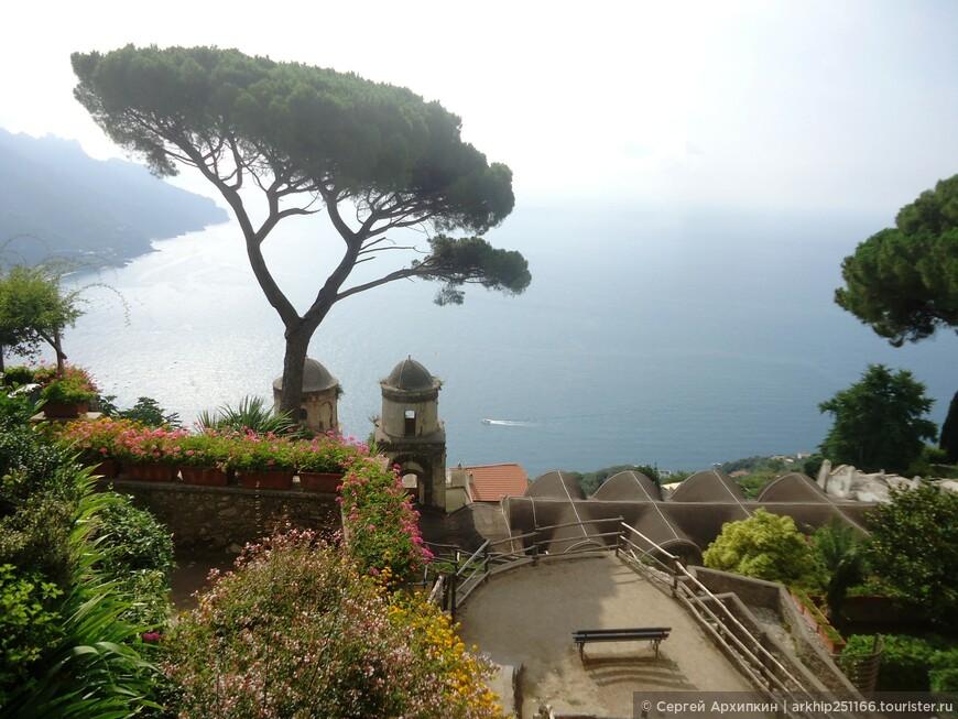 Двумя другими достопримечательностями Равелло, которые никак нельзя пропустить это две виллы - вилла Руфоло  ( на фото) и вилла Чимброне.