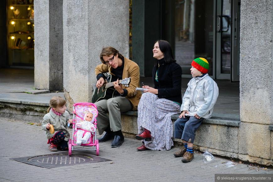 Встретить семейство уличных музыкантов