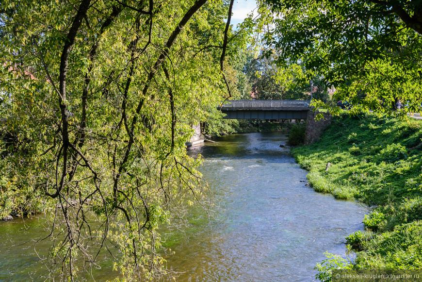 Отдохнуть немного в тени раскидистого дерева и послушать шум воды.