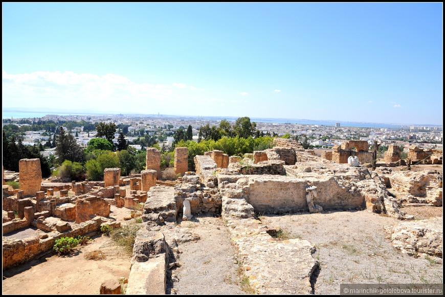 Некогда холм был сосредоточением поселений пунов. Римляне немного срыли холм, чтобы сделать более ровную площадку для имперских построек.