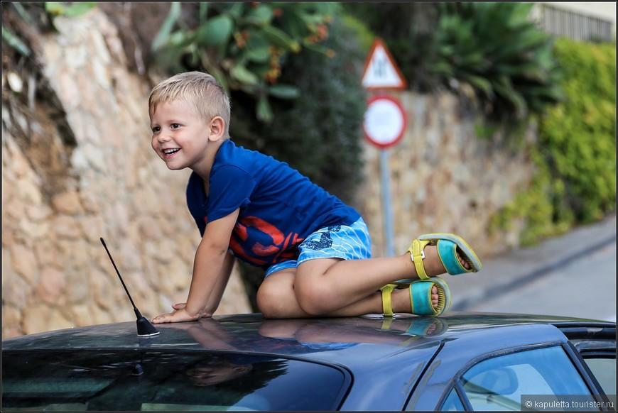 Ах,  как хорошо быть ребенком - скачи, бегай, хоть по крыше машины, никто слова тебе против не скажет...