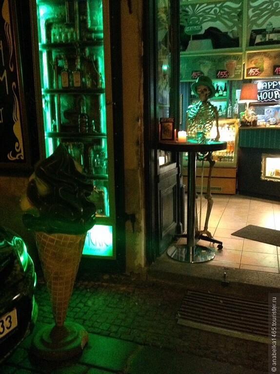 В Absintherie можно попробовать около 60 видов абсента.Здесь есть специальные абсентовые коктейли и абсентовое мороженое, а также пиво из абсента, абсентовый шоколад и многие другие продукты с содержанием абсента.  Absintherie не просто бар, но и музей. Он является  одним из крупнейших в центральной Европе коллекционеров абсента и предметов, связанных с ним. В музее около 250 различных бутылок абсента со всего мира. Некоторые экспонаты являются уникальными. Также здесь много различные аксессуары для приготовления напитка: фонтаны, стаканы, ложки и многое другое.В Absintherie можно приобрести абсент чешских и мировых производителей, а также аксессуары и сувениры.