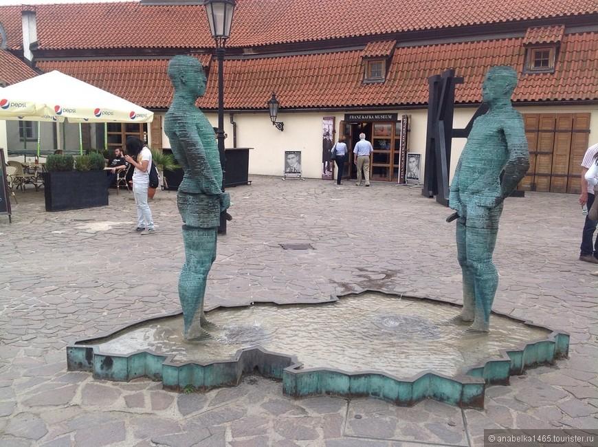 """Скульптура- фонтан """"Писающие мужчины""""в Праге"""