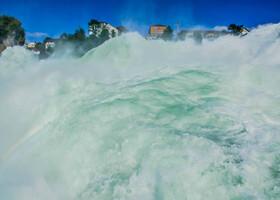 грандиозность зрелища и мощь падающей воды вызывают неописуемый восторг!